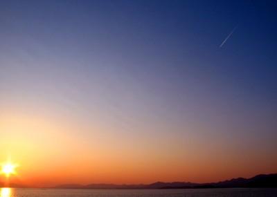 夕焼け空に飛行機雲