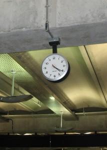 午前4時20分頃 空港スタッフも余裕で寝てる。